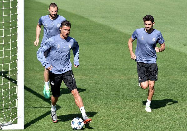 Футболисты Реала Энцо Зидан, Криштиану Роналду и Карим Бензема (справа налево)
