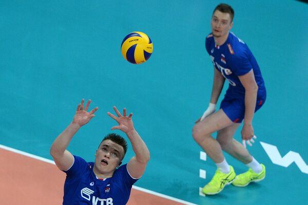 Связующий сборной России Павел Панков (слева)