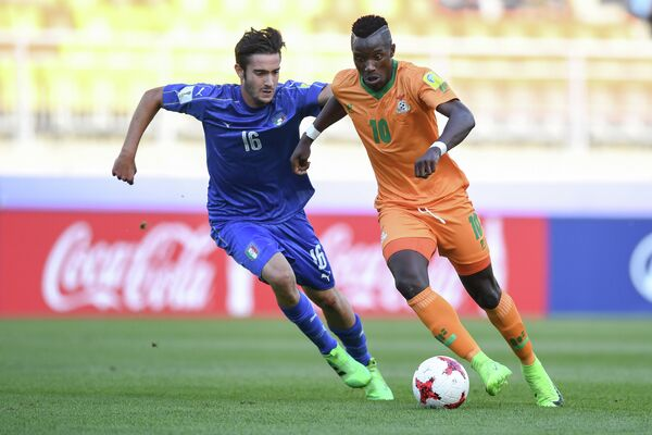 Нападающий сборной Замбии Спартака Фэшн Сакала (справа)