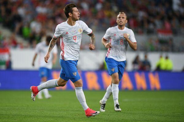 Футболисты сборной России Федор Смолов (слева) и Денис Глушаков радуются голу в ворота сборной Венгрии