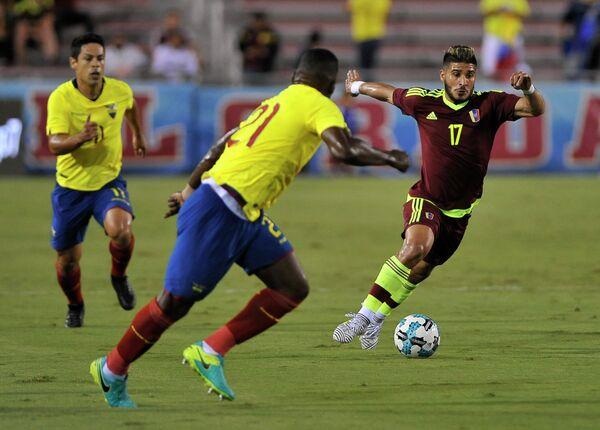 Игровой момент товарищеского матча сборных Эквадора и Венесуэлы