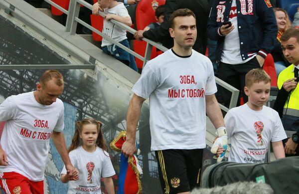 Футболисты сборной России Игорь Акинфеев (справа) и Денис Глушаков
