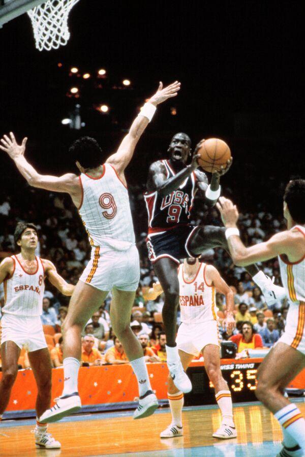 Защитник сборной США Майкл Джордан (справа) во время матча против сборной Испании на Олимпийских играх-1984 в Лос-Анджелесе