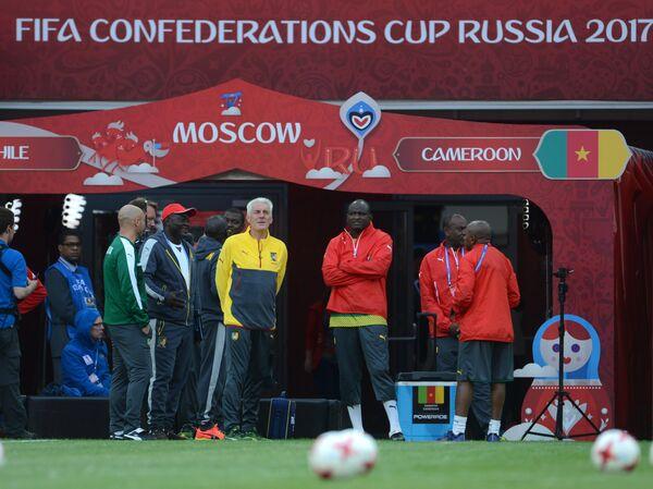 Главный тренер сборной Камеруна Уго Брос (в центре)