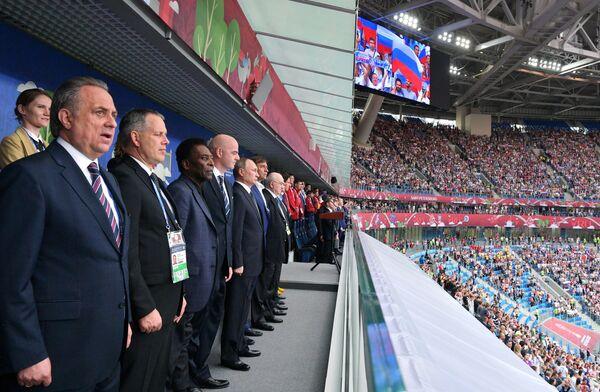 Заместитель председателя правительства РФ Виталий Мутко (слева)