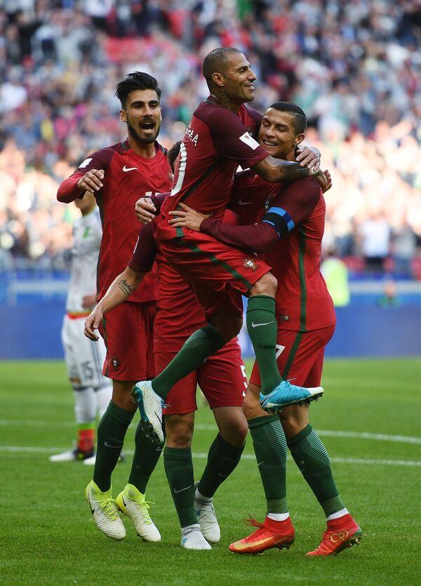 Футболисты сборной Португалии Андре Гомеш, Рикарду Куарежма и Криштиану Роналду (слева направо)