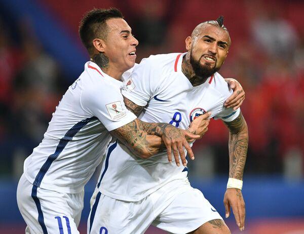 Нападающий сборной Чили по футболу Эдуардо Варгас и полузащитник Артуро Видаль (слева направо)