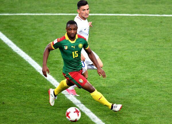Полузащитник сборной Камеруна Себастьян Сиани (слева)