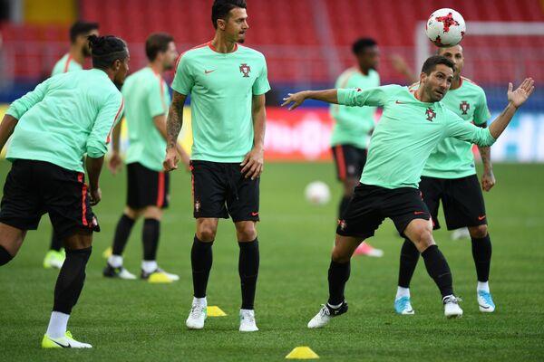 Полузащитник сборной Португалии Жоау Моутинью и защитник сборной Португалии Жозе Фонте (справа налево на первом плане)