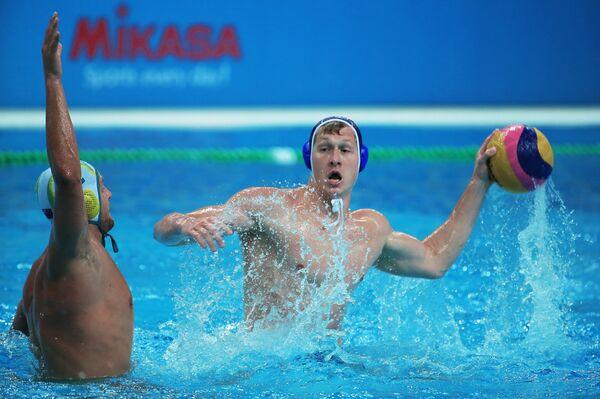 Игрок сборной России по водному поло (справа)