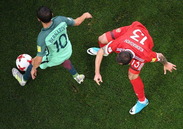 Полузащитник сборной Португалии Бернарду Силва (слева) и защитник сборной России Федор Кудряшов