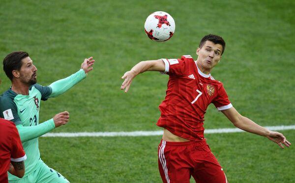 Полузащитник сборной Португалии Адриен Силва (слева) и нападающий сборной России Дмитрий Полоз
