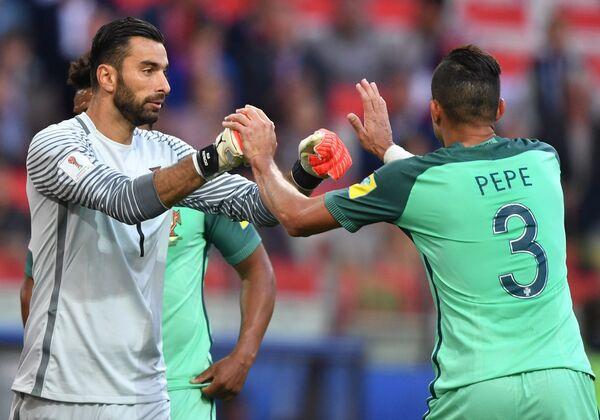 Вратарь сборной Португалии Руй Патрисиу и защитник сборной Португалии Пепе (справа)