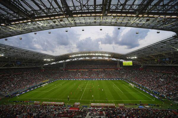Зрители на стадионе Казань-Арена во время матча Кубка конфедераций-2017 по футболу между сборными Мексики и России