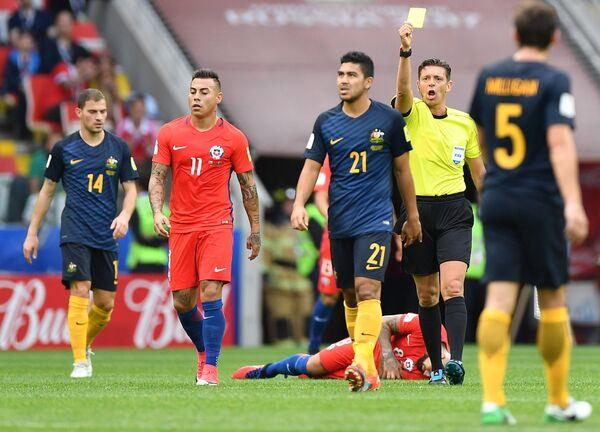 Итальянский судья Джанлука Рокки (второй справа) и нападающий сборной Чили по футболу Эдуардо Варгас (второй слева)