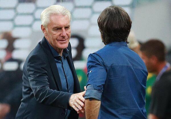 Слева направо: главный тренер сборной Камеруна Уго Брос и главный тренер сборной Германии Йоахим Лёв