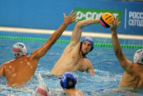 Ватерполист сборной Италии Алессандро Нора и ватерполист сборной Сербии Андрия Прлаинович (справа налево)