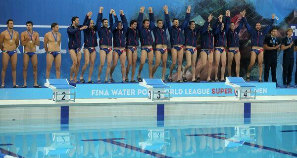 Ватерполисты сборной Сербии (в центре)