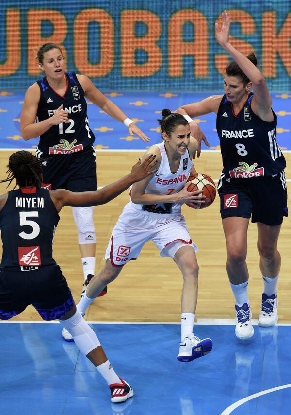 Баскетболистка сборной Испании и екатеринбургского УГМК Альба Торренс (с мячом)