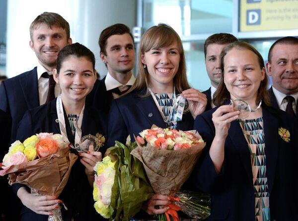 Члены женской сборной России по шахматам Александра Горячкина, Валентина Гунина и Ольга Гири (слева направо) во время встречи в аэропорту Шереметьево
