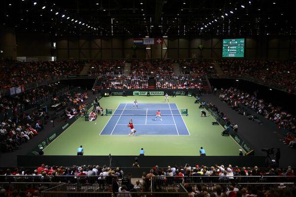 Игровой момент теннисного матча Кубка Дэвиса на корте в Женеве