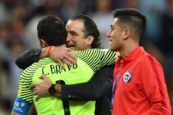 Вратарь сборной Чили Клаудио Браво (слева направо) и главный тренер Хуан Антонио Пицци