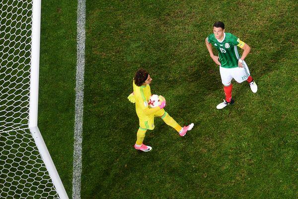 Футболисты сборной Мексики Гильермо Очоа и Эктор Морено