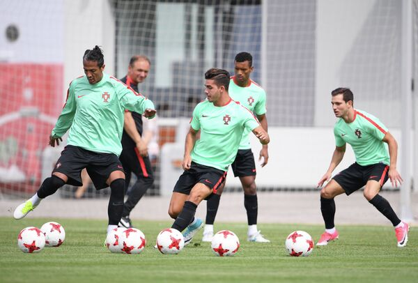 Футболисты сборной Португалии Бруну Алвеш, Андре Силва, Нани и Седрик Соареш (слева направо)
