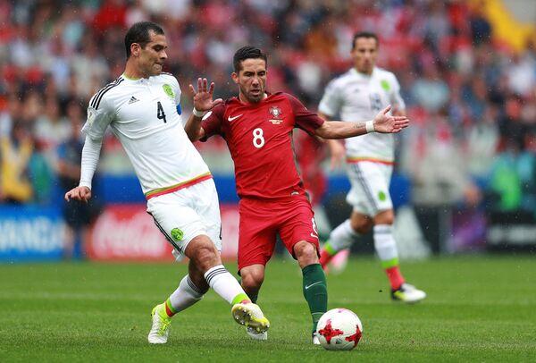 Защитник сборной Мексики Рафаэль Маркес (слева) и хавбек сборной Португалии Жоау Моутинью