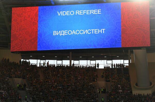 Сообщение о работе видеоассистента на информационном табло стадиона Санкт-Петербург во время финального матча Кубка конфедераций-2017 по футболу между сборными Чили и Германии