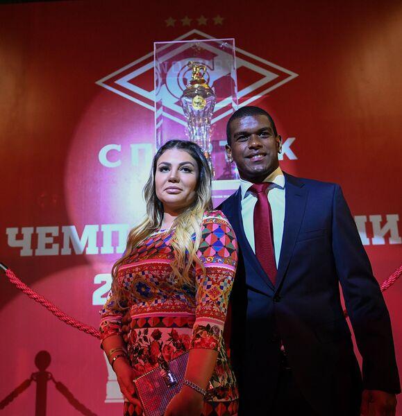 Полузащитник Спартака Лукас Фернандо с женой Рафаэлой