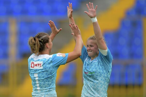 Слева направо: игроки женской сборной России по регби-7 Дарья Норитцна и Дарья Бобкова