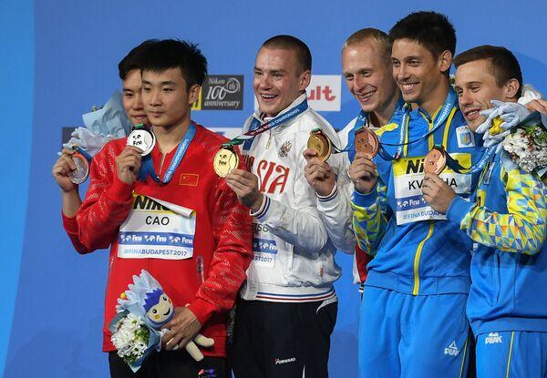 Се Сыи и Цао Юань (Китай) - серебряная медаль, Евгений Кузнецов и Илья Захаров (Россия) - золотая медаль, Илья Кваша и Олег Колодий (Украина) - бронзовая медаль (слева направо)