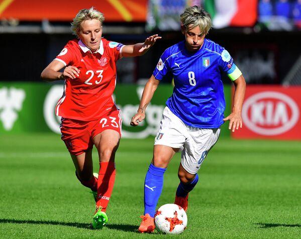 Полузащитник сборной России Елена Морозова (слева) и нападающий сборной Италии Мелания Габбиадини