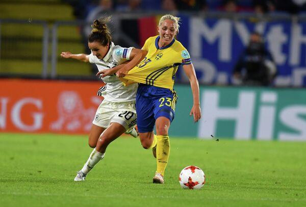 Полузащитник сборной Швеции Элин Рубенссон (справа) и нападающий сборной Германии Лина Магулл