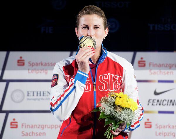 Российская рапиристка Инна Дериглазова с золотой медалью чемпионата мира-2017