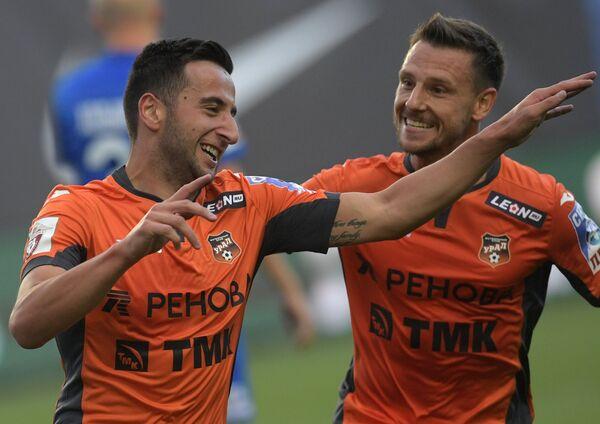 Футболисты Урала Георгий Чантурия (слева) и Николай Димитров