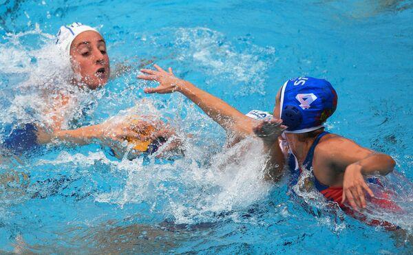 Ватерполистка сборной Италии Джулиа Эммоло (слева) и ватерполистка сборной России Эльвина Каримова