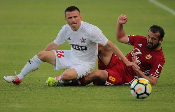 Защитник ФК Арсенал Гиа Григалава и полузащитник ФК СКА-Хабаровск Александр Черевко (справа налево)