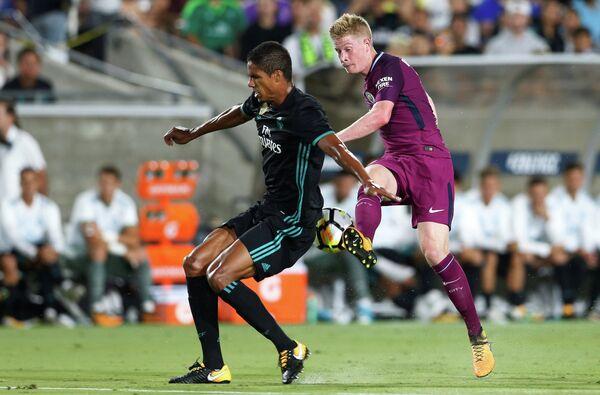 Полузащитник Манчестер Сити Кевин Де Брейне (справа) и защитник Реала Рафаэль Варан