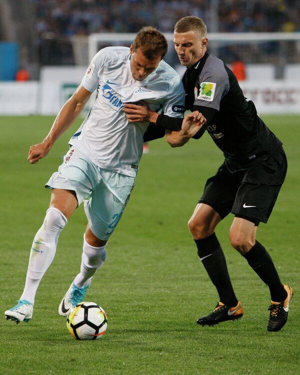 Игрок ФК Зенит Артём Дзюба (слева)