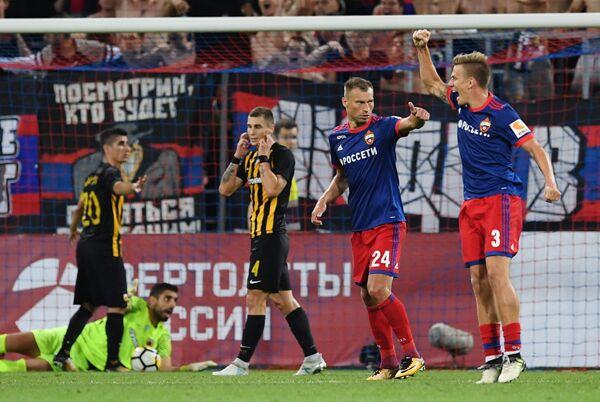 Футболисты ПФК ЦСКА Понтус Вернблум и Василий Березуцкий (справа налево)