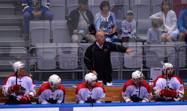 Главный тренер ХК Куньлунь Майк Кинэн (на втором плане)