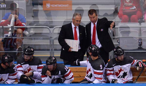 Главный тренер сборной Канады Уилли Дежарден (слева на втором плане)