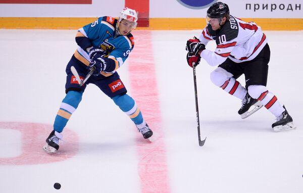 Нападающий ХК Сочи Егор Морозов (слева) и сборной Канады Карл Столлери