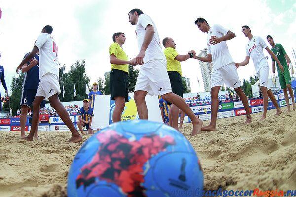Игроки пляжного футбольного клуба Локомотив