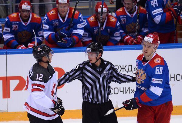Форвард сборной Канады Роб Клинкхаммер (слева) и защитник Олимпийской сборной России Никита Трямкин