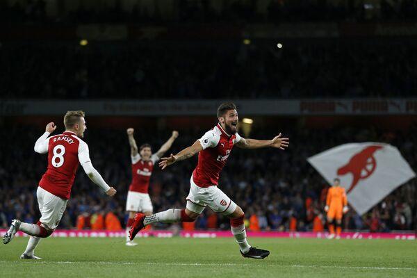 Футболисты Арсенала радуются забитому мячу Оливье Жиру