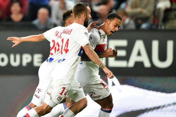 Футболисты Лиона радуются забитому мячу в исполнении Мемфиса Депая (справа)