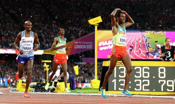 Финиш забега на 5000 метров: Мо Фара (слева) и Муктар Эдрис (справа)